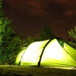 Nachtaufnahme des Zelts