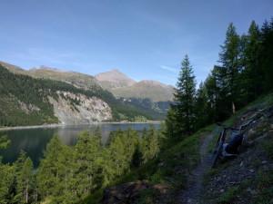 Schöner Trail entlang dem Stausee