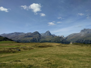 Alp Flix mit Blick auf den markanten Piz Plata