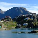Sisimiut - Ortsansicht mit Nasaasaaq im Hintergrund