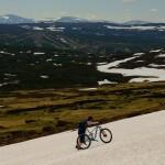 Uphill über das Schneefeld auf den Mitakläppen
