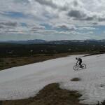 Downhill über das Schneefeld surfen
